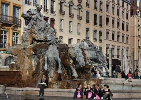 La Fontaine Bartholdi, place des Terreaux, Lyon 1er La fontaine Bartholdi pèse 360 tonnes et comprend 21 tonnes de plomb, elle est constituée de deux bassins et d'un groupe, et elle est soutenue par une armature de fer sur laquelle aurait travaillé Gustave Eiffel. Elle mesure 4,85 m de haut […]