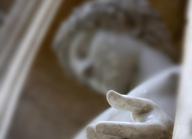 Main de statue au premier plan