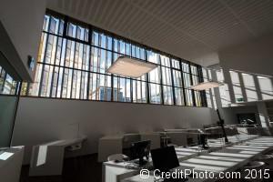 Ombres et lumières dans la grande salle du cube jaune de lyon, les archives départementales