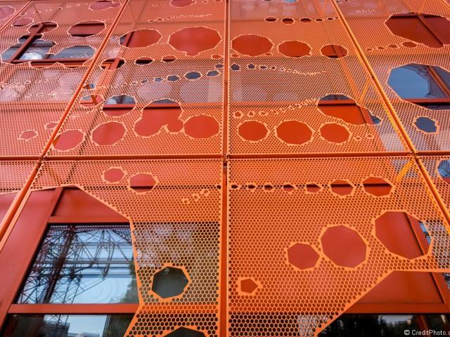 Répétition de motifs sur le Cube orange de Lyon Confluence
