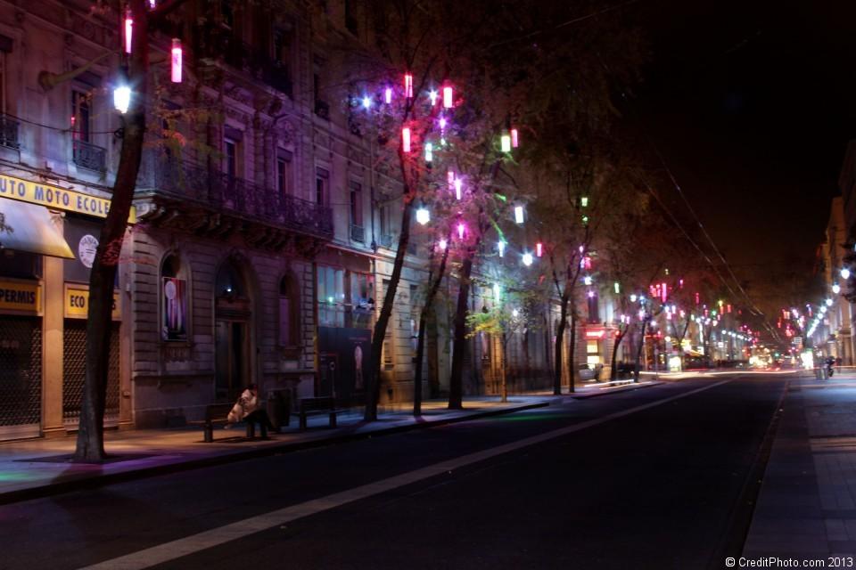 Lumière Verticale, rue de la République